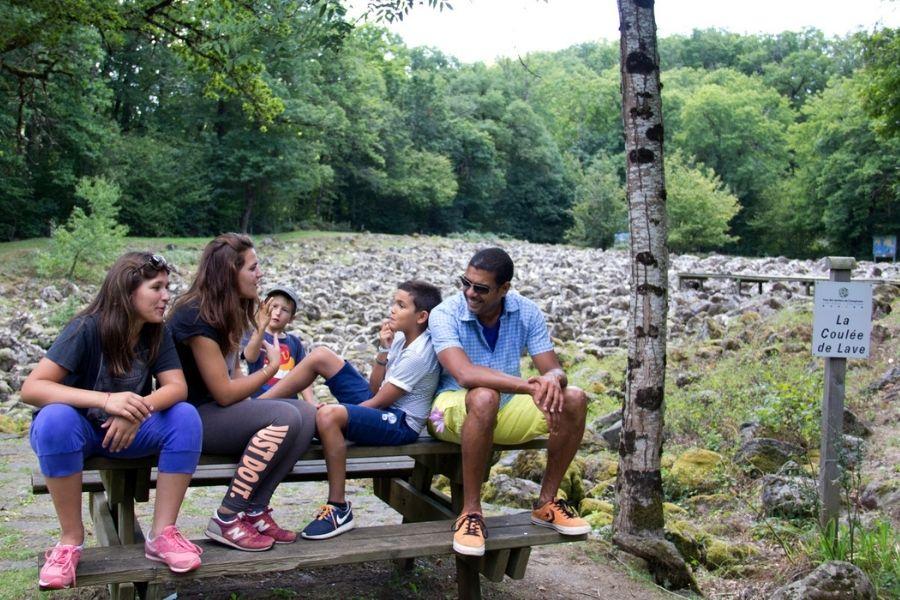 Famille près coulée de lave Lacroix-Barrez